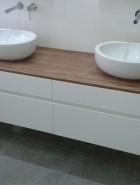 ארון אמבטיה עם משטח עץ